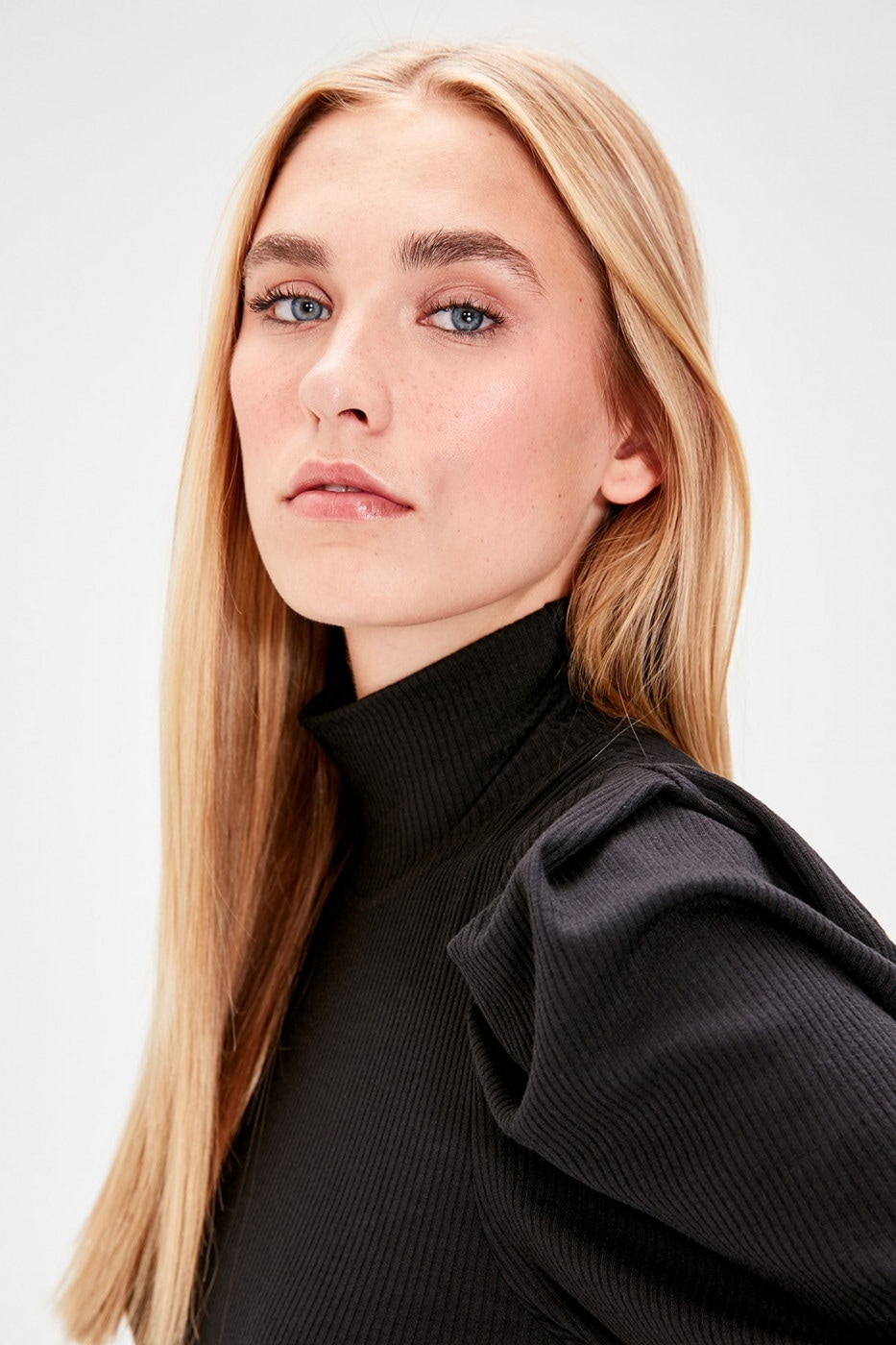 Trendyol Black Sleeves Ruffle Detailed Turtleneck Fitting Knitted Blouse