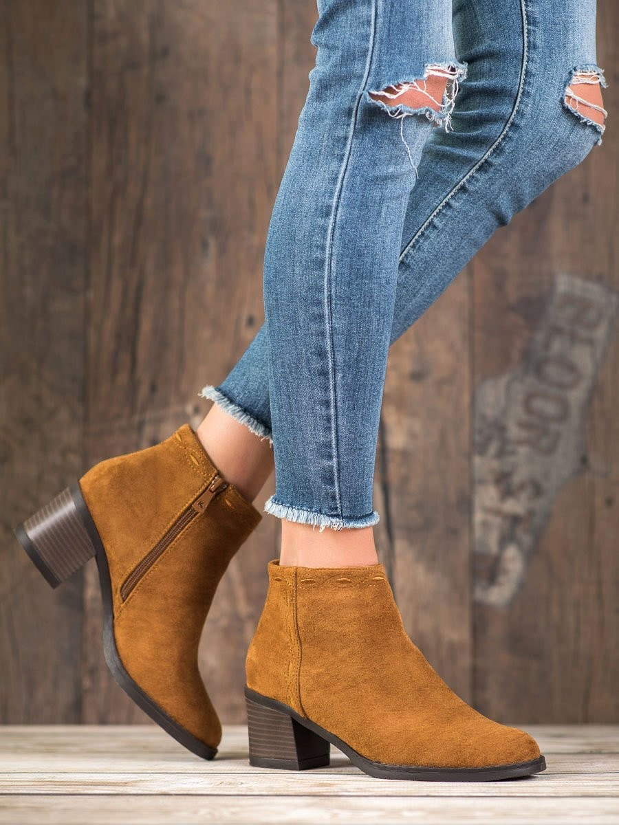 KYLIE CAMELOWE BOOTIES ON THE POST