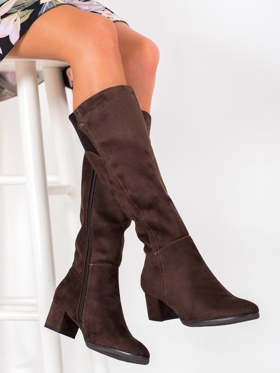 GOODIN BROWN BOOTS ON A LOW POST