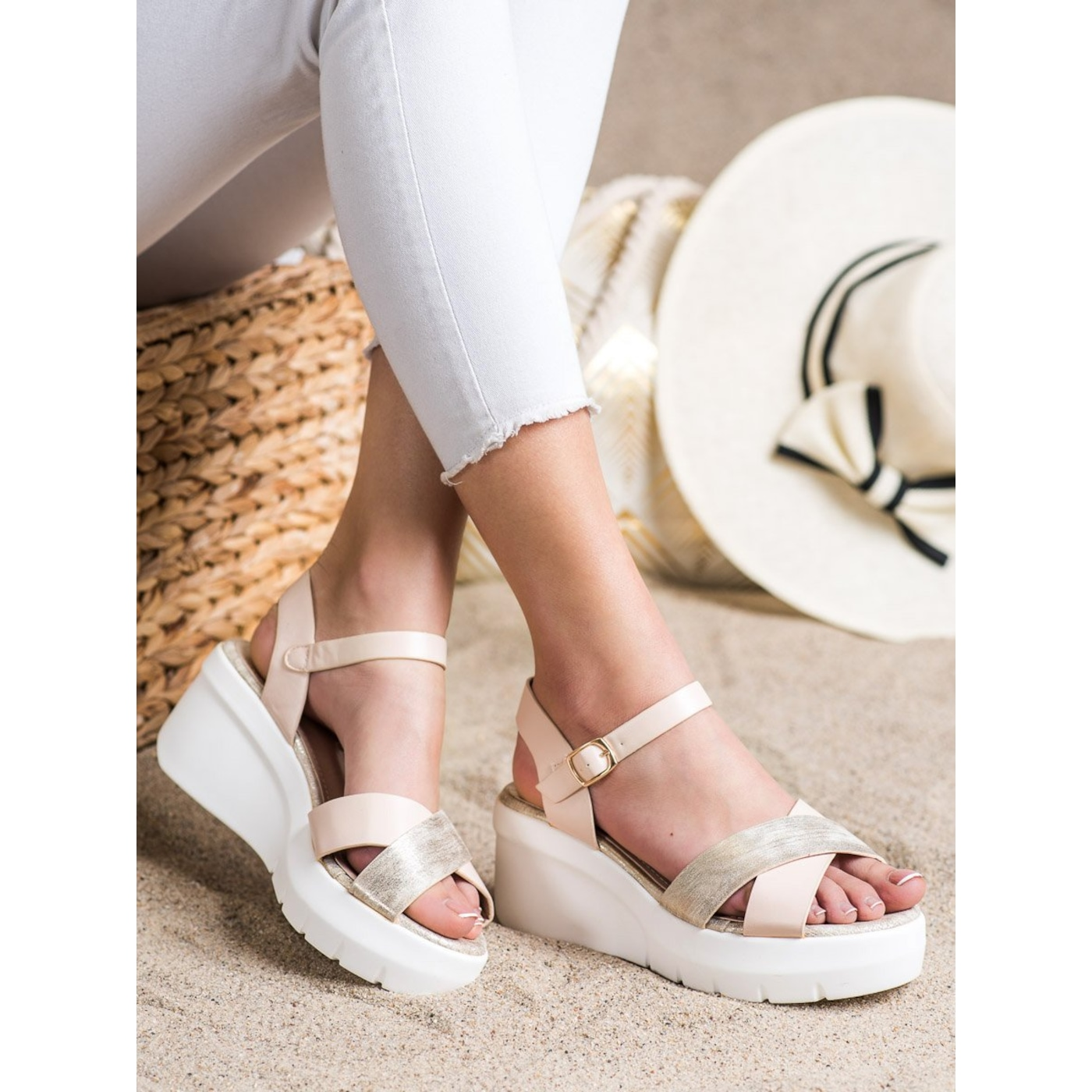 SMALL SWAN SANDALS ON THE WED