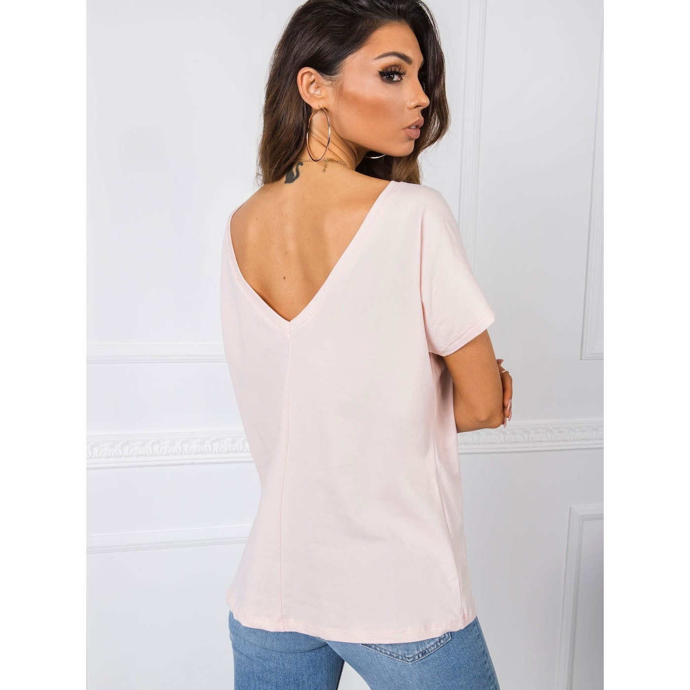 T-shirt with a neckline in the back light pink