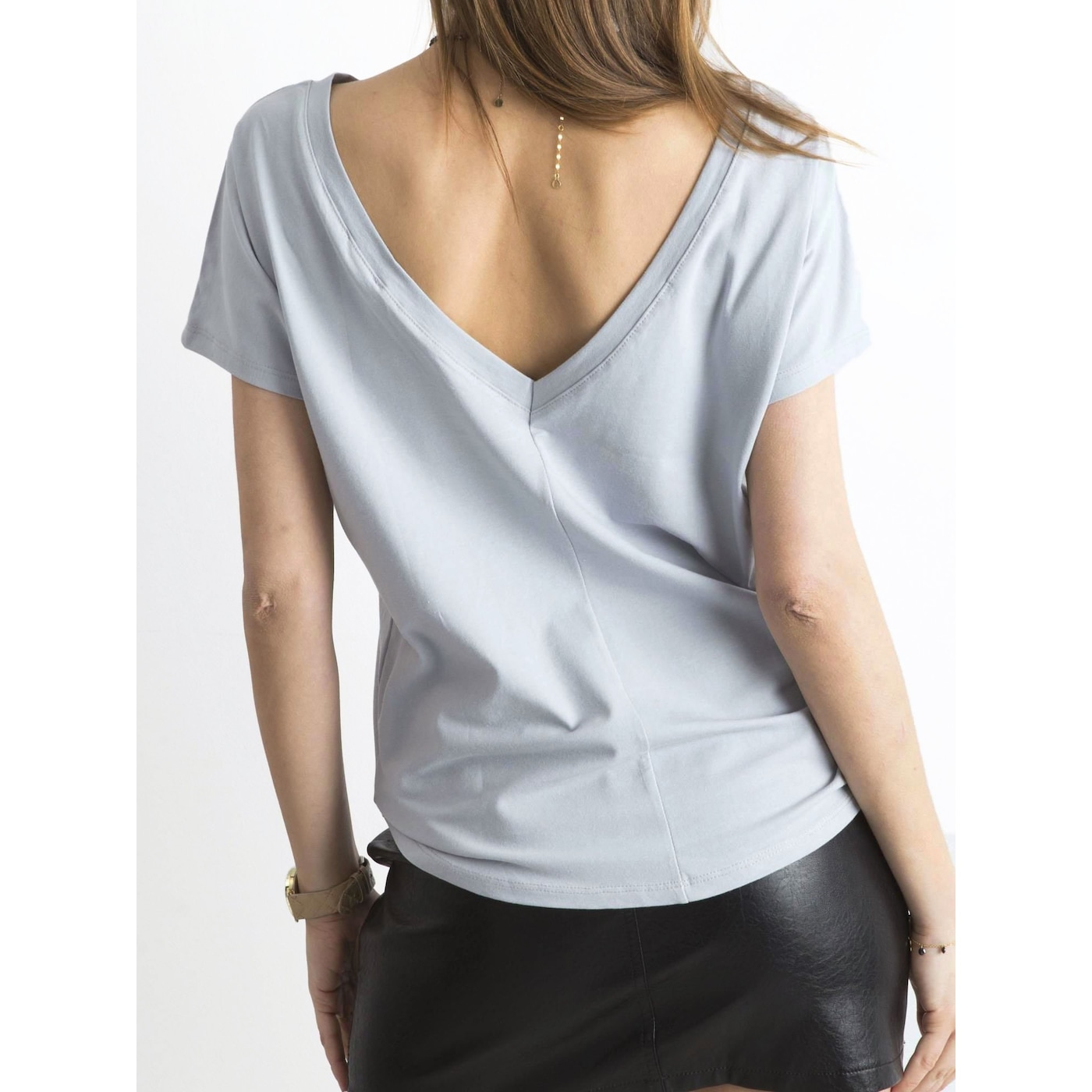 T-shirt with a neckline on the back in light gray