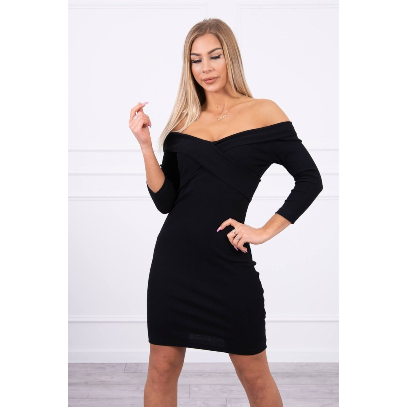 Dress fitted with a V-neck black